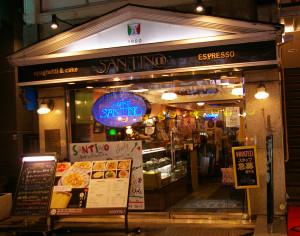 登場人物の名前の由来となった「サンティノ」。街を彩るいつもの夜景が、ひときわ美しく感じられます