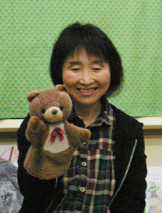 代表の及川智子さんは、結婚をし仕事を辞めて「暇をしている時にこのともだち書店に出会いました」と、ともだち書店のボランティアに参加したきっかけについて笑顔で語ります。かわいらしい「くまちゃん」の登場に子どもたちも大喜び