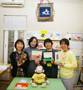左から代表の及川さん、杉浦孝子さん、渡邉優子さん、斎藤里美さん。杉浦さんは徳村夫妻の著書「子どもが主人公」を知りともだち書店の門を叩いたといい、日吉出身の渡邉さんは、「ひまわり文庫に出入りしていました」と懐かしい子ども時代について教えてくれました