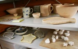 窯(かま)のすぐそばには、製作途中の生徒の作品も並ぶ。東京都区内から通ってくる方もいるとのこと