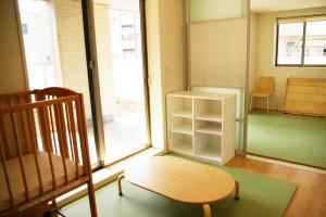 出入口近くにすぐに出入りが可能な小さな部屋を二つ配置。「地域の方々との交流をしやすい構造にしました」と施設長の原美紀さん