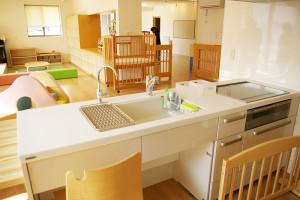 離乳食教室などにも活用できそうなキッチン台。エントランスや遊びのスペースも見渡せる。安心して子どもたちを見守れるように配慮されている