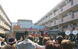 地域の皆さんもご一緒に!慶應義塾の応援歌「若き血」を肩を組み、熱唱!