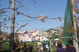 午前中はサッカー体験も行われたサッカー場で、子どもたちの「シモリンピック」が開かれていました
