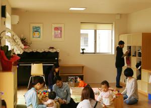 メインの「遊びの部屋」は、たくさんの親子連れで賑わっていました