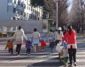 慶應義塾大学日吉キャンパスへ散歩に向かう保育園児ら