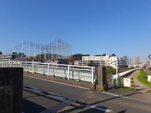 横浜側「矢上」と川崎側の「矢上」を結ぶ矢上川橋は2車線しかなく、横浜側のアプローチ道路はきわめて狭い