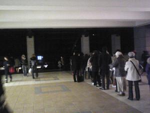 停電で駅前は真っ暗となったなか、日吉駅でタクシーを待ち続ける人たち(2011年3月11日、15時56分撮影、不動産店「日吉の住産」提供)