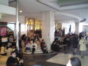 大地震の発生後、日吉東急の正面玄関に座り込む人たち(2011年3月11日、不動産店「日吉の住産」撮影)