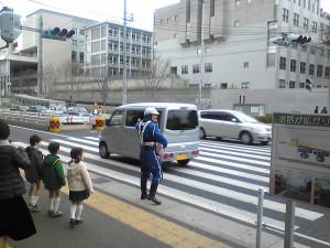 計画停電で信号も消えてしまったため、綱島街道で交通整理する警察官