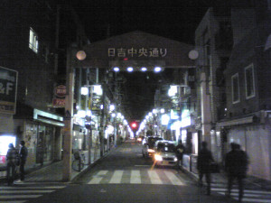 地震発生後から停電が続いていた日吉駅周辺の電気は23時過ぎにようやく復旧した