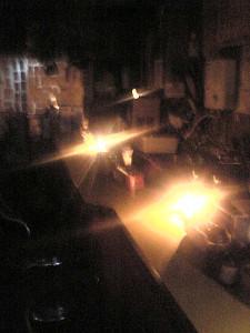 暗くなってからの計画停電で、懐中電灯やロウソクを使って営業する店舗も(