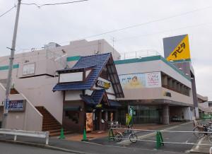 2016年3月末での完全閉館する見通しとなった旧アピタ日吉店、左側は3月27日で閉店するサブウェイ日吉店