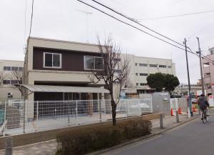 建物は既に完成している、後方は綱島東小学校の校舎(3月13日撮影)