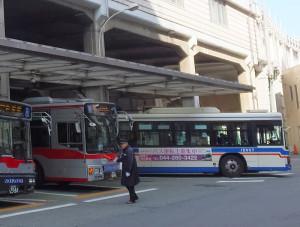 日吉や綱島は東急バスの「牙城」だが、臨港バスはターミナルに1路線、駅前の特設乗り場に1路線を乗り入れている