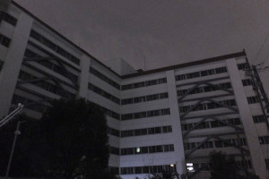 9階建ての建物は、街の灯りが反射している以外は真っ暗となった(3月20日22時ごろ)