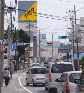 「日大高校入口交差点」付近は通路が極端に狭く危険な状態