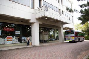 送迎バスはバス通りから建物の横まで送ってくれます