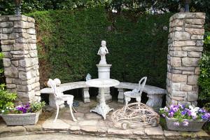 日吉駅から徒歩3分の「紫と白の小庭園」。4月のみ公開されるこの庭にクレマチス、オダマキ、牡丹、カンパニューラ、こでまりが咲いてくれたなら、と万里村さん