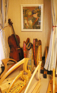 寺本さんの日吉の自宅には、大小さまざまなアイリッシュ・ハープが並んでいる