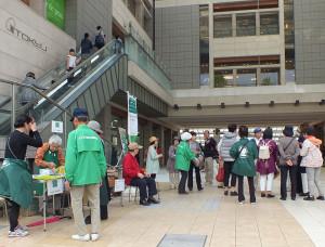 日吉駅や綱島駅、大倉山駅には開催期間中の朝10時から15時まで「案内所」が設置される。パンフレット入手も出来、各会場の見どころ、行き方も案内してくれる(写真:港北オープンガーデン運営委員会提供)