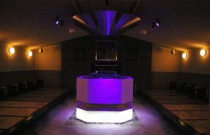 サイエンス・プロデューサーとして知られる米村でんじろうさん(リンクはプロダクションサイト)が監修した演出が加えられたロウリュイベントは、この岩盤浴(別料金)の「風」の部屋で行われる(※2016年4月21日現在、時間は12時、16時、20時からの計3回開催を予定)