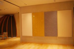 唐紙アートで知られるトトアキヒコさんの作品など、異空間を感じさせられる芸術作品も探すことができる。左は6種類の岩盤浴(別料金)の入口にある「潤」の部屋