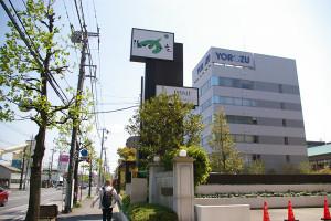 場所は株式会社ヨロズ本社に隣接。すぐ近くにビッグヨーサン綱島樽町店やイオン駒岡店もあり、買い物にも便利な場所にある