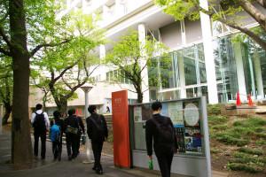 「近いようで遠い」大学のキャンパスに、慶應塾高生が多く足を運んでいました