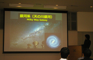 スライドを使って、分かりやすく「銀河の中心に潜むもの」について解説してもらえました。日常生活ではなかなか見ることがない、宇宙研究の色鮮やかな画像の数々に、ついうっとりとしてしまう瞬間も