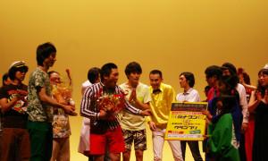 優勝トロフィーや花、名前入りのポスター額など、様々豪華賞品が授与されました