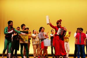 ゲスト芸人表彰では、アコーディオンを使ったステージで笑いを誘ったメルヘン総長さんが受賞