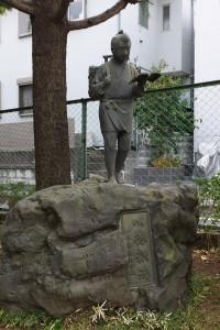 日吉台小に戦前からあると言われる二宮金次郎像