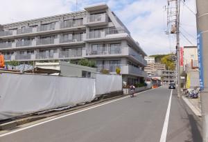 日吉7丁目の「サービス付高齢者住宅」建設予定地地(左側)の隣はマンション「日吉パークホームズ」がある
