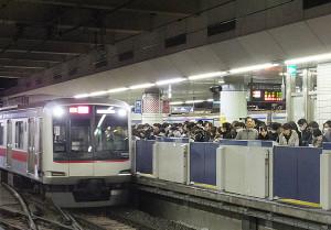 日吉駅の目黒線側にはホームドアが設置されており、人があふれても危険性が少ない