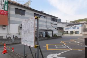 建設予定地の様子、左の看板が中華店、後方には東横線の高架(綱島駅)と「綱島神明社」の森も見える(2016年4月5日)
