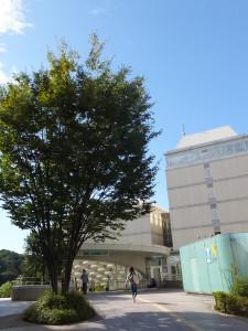 慶應日吉キャンパス内に設けられているグリーンライン日吉駅の出入口