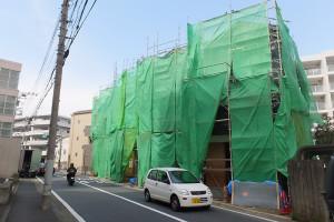 綱島東3丁目の新田堀(しんでんぼり)交差点近くで建設が進む8戸の新築一戸建て