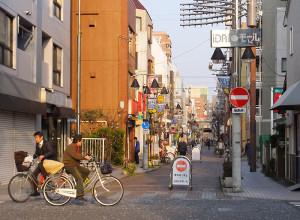 病院とキャンパス周辺には新丸子駅まで続く商店街もある