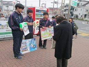 写真は日吉台中の生徒が日吉本町駅で行った昨年の赤い羽根募金の様子(同中学校提供)