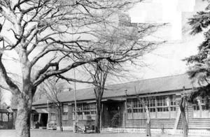 栗原さんが赴任した当時の高田小学校、木造校舎の小さな学校だったという(栗原さん提供)