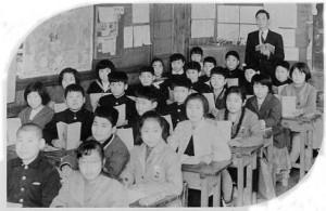 高田小学校での栗原さんの授業風景、当時は1クラス50人を超えていたという(栗原さん提供)