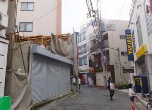 左側が旧古本店のアパート、既に2階部分が解体されている(2016年4月24日)