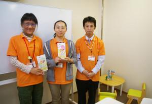 左からスタッフの西村さん、金子さん、永岡さん。マンツーマンでの対応ができるような机と椅子も用意。また、児童が落ち着いて過ごせるよう、室内は敢えてシンプルにしているという