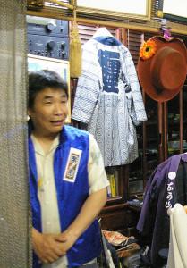 FMサルース(横浜コミュニティ放送:青葉区)生放送に中山さんが出演時に撮影。「日吉楽市」実行委員長として、リスナーにぜひ日吉の街へお越しください、とアピール。後ろの江戸法被(はっぴ)は「羽田っ子の名残です」とのこと(2016年5月10日)