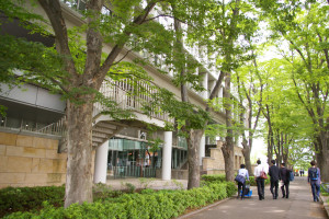 会場となる慶應日吉キャンパス「来往舎」のギャラリーは、日吉駅と反対の奥側、慶應義塾高校(塾高)や藤山記念館側にある。写真に関心がある学生も、気軽に立ち寄れそうな場所にある