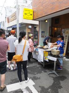 南日吉商店街の「夜店」でも、横浜F・マリノス特別ユニフォームで場を盛り上げます!当日、日産スタジアムが多くのサポーターで賑わい、勝利をもぎ取れますように!