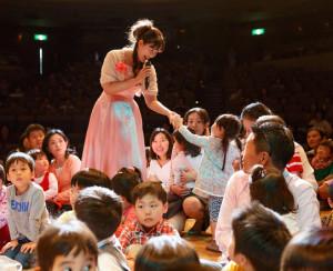 """""""本物""""を、子どもたちに身近な距離で体感してもらいたい、という清水さんの熱い想いから、この「プレミアムコンサート」が誕生。ステージ上にあがり、アーティストといっしょに音楽を楽しむことができる(プレミアムコンサート事務局提供)"""