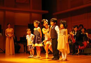 拍手と手拍子の違いを習った後、子どもたちが元気に開会宣言です!