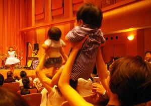 またステージから席へ戻ります。赤ちゃんたちも歌とサウンドとパパ・ママたちの協力での「ジャンプ」に大喜びです